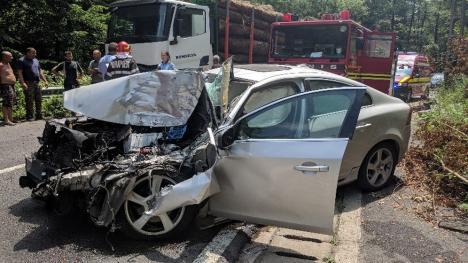 Accident la ieşirea din Peştiş: O persoană la spital, după ce un Volvo s-a lovit de un camion cu lemne (FOTO / VIDEO)