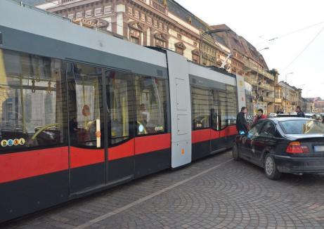 Un bătrânel a ajuns la spital, după ce a căzut într-un tramvai al cărui vatman a încercat să evite impactul cu o mașină