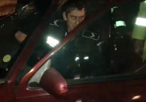 Poliţistul turmentat: a intrat cu maşina în microbuz, având o alcoolemie de 0,92 în aerul expirat! (VIDEO)