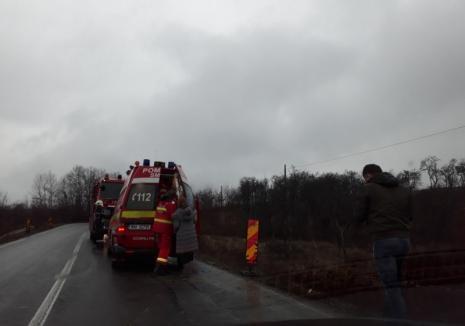 Accident pe DN 76. Trei persoane rănite, după ce o maşină a ieşit în decor lângă Răbăgani