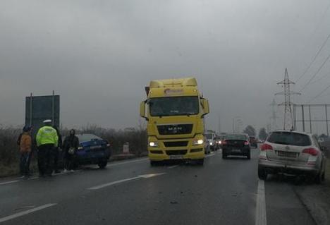Carambol cu patru autoturisme lângă Real. O maşină a fost aruncată pe contrasens (FOTO)