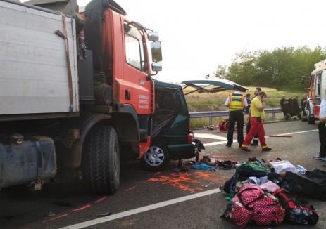 Trupurile celor nouă români morţi în teribilul accident de microbuz din Ungaria au fost aduse în ţară