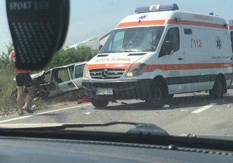 Accident la Săcădat: O persoană a fost rănită grav după ce o Dacia Solenza s-a lovit de un TIR (FOTO)