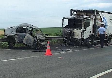 Un bărbat şi-a pierdut viaţa într-un incendiu izbucnit după ce maşina pe care o conducea a lovit un camion