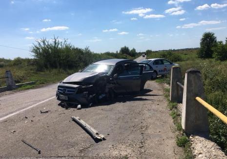Un Mercedes a intrat într-un cap de pod lângă Sălard. Două persoane au fost rănite (FOTO)