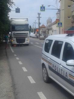 Încă un accident provocat de un şofer de TIR în Salonta: O femeie de 63 ani a fost izbită pe trecerea de pietoni (FOTO)