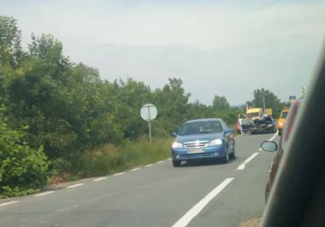 Accident în lanţ la Sâmbăta: O şoferiţă neatentă a izbit cu maşina un alt autoturism, care a ricoşat într-un microbuz cu 15 copii (FOTO)