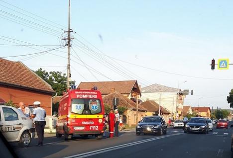 Accident în Sânmartin: Un şofer cu Mercedes a lovit o tânără care traversa pe trecerea de pietoni (FOTO)