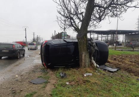 Accident lângă Sântandrei: În urma unei coliziuni, o maşină s-a răsturnat în afara şoselei, a rupt un stâlp de electricitate şi a lovit un copac (FOTO)