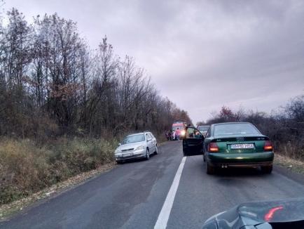 Accident la Sărand: O maşină s-a răsturnat după ce a derapat pe criblura de pe şosea (FOTO)