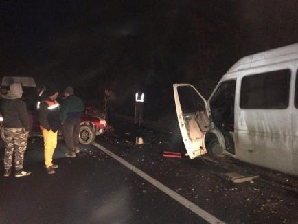 Accident pe DN 76: Un microbuz școlar s-a izbit frontal cu un VW Golf, un tânăr de 18 ani a murit