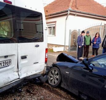 Accident în Tileagd: Un tânăr de 23 de ani a pierdut controlul unui BMW şi a lovit o autoutilitară, iar apoi un cap de pod (FOTO)