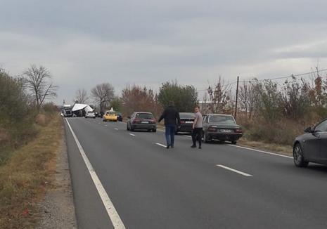 Accident grav pe DN 79, la ieşirea din Nojorid: O persoană a murit și două sunt rănite, după ce o camionetă și un autoturism s-au izbit, circulaţia este blocată