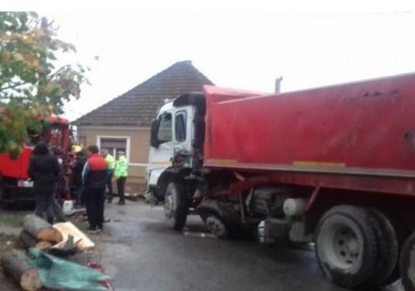 Două TIR-uri s-au ciocnit în Sântandrei. Unul dintre şoferi a ajuns la spital (FOTO)