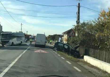Doi adulţi şi un copil au fost răniţi după ce o maşină s-a ciocnit de un autobuz pe DN1, în Topa de Criş