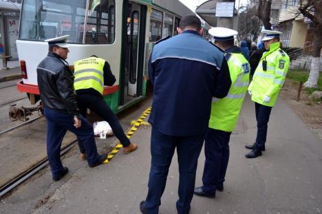 Un bărbat a murit, după ce a căzut sub un tramvai, lângă parcul Olosig (FOTO/VIDEO)