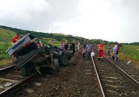 Accident feroviar cu 2 morţi, în Cluj. Maşină spulberată de trenul care venea la Oradea