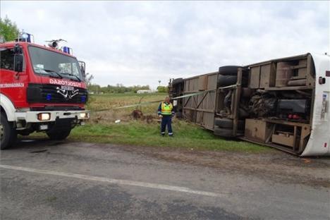 Accident grav în Ungaria, în apropiere de graniţă. Un autobuz s-a răsturnat, zeci de persoane rănite (FOTO)