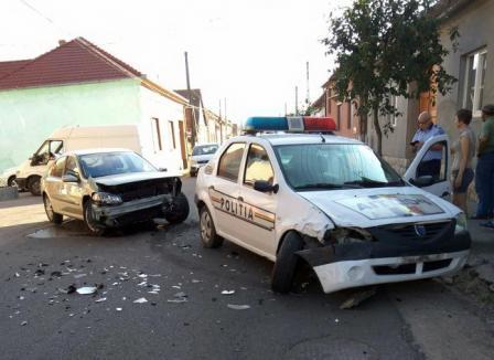S-a buşit cu poliţiştii! Un şofer din Vadu Crişului a lovit o maşină de Poliţie aflată în misiune