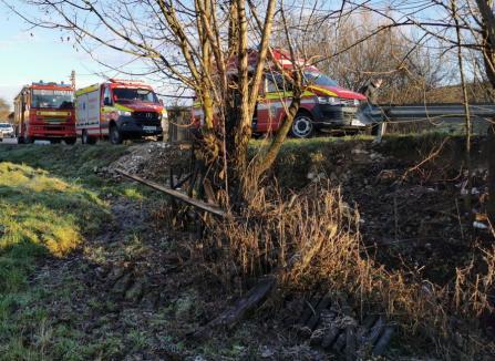 Accident grav în Bihor: Șofer din Oradea, în stop cardio-respirator, după ce a ieşit cu maşina în decor şi a căzut într-un pârâu (FOTO)