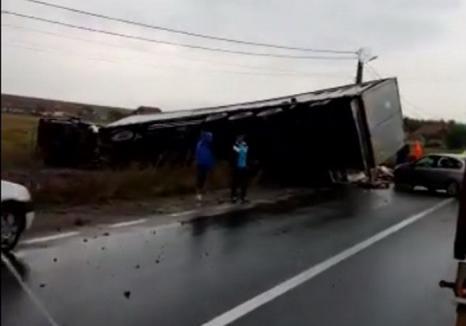 Un TIR a izbit două maşini pe DN1, în Lugaşu de Jos. Trei persoane au ajuns la spital