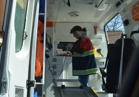 """Accident în staţia de autobuz: un şofer a vrut să """"fenteze"""" culoarea roşie a semaforului, iar o fată de 14 ani a ajuns la spital"""