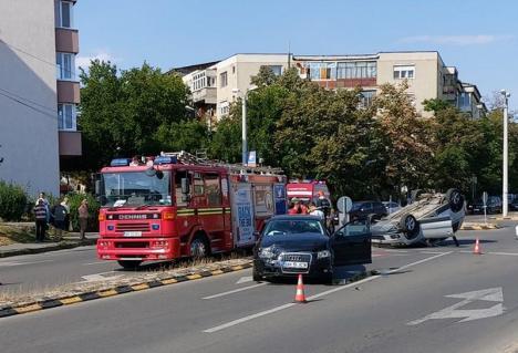 Două maşini s-au izbit la intersecţia străzilor Tudor Vladimirescu şi Oneştilor: un autoturism s-a răsturnat, o persoană a ajuns la spital (VIDEO)
