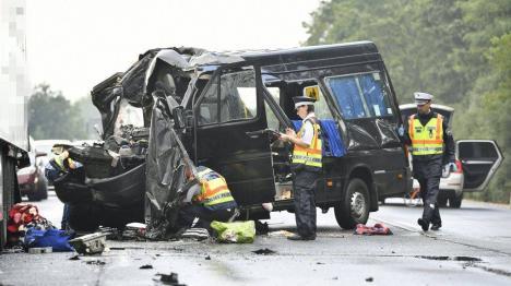 Accident groaznic lângă Vama Borş: Trei morţi şi şase răniţi, toţi români, după ce un microbuz s-a lovit de un TIR (FOTO/VIDEO)
