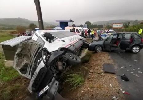 Accident pe DN76, la intrarea în Hidişelu de Sus: Un microbuz s-a răsturnat, doi pasageri au ajuns la spital (VIDEO)