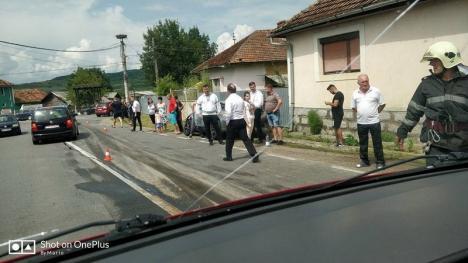 Curbă periculoasă! Un TIR s-a răstunat în centrul comunei Răbăgani acroşând un Audi A4 (FOTO)