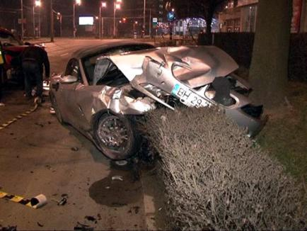 BMW făcut praf de un şofer de 23 de ani care nu i-a acordat prioritate (FOTO)