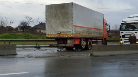 Neatenţia la volan: Şoferul unui TIR a izbit parapeţii de pe Densusianu şi a blocat circulaţia pe un sens mai bine de două ore (FOTO)
