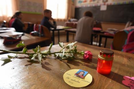 Larisa, iartă-ne! Moartea fetiței zdrobite de poarta de fotbal din Dobrești a șocat comunitatea. Toţi fug de responsabilitate (FOTO)