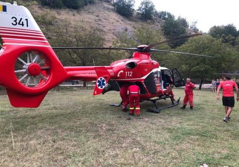 Un bihorean care s-a răsturnat cu un utilaj în timp ce tăia lemne, transportat cu elicopterul SMURD la spital (FOTO)