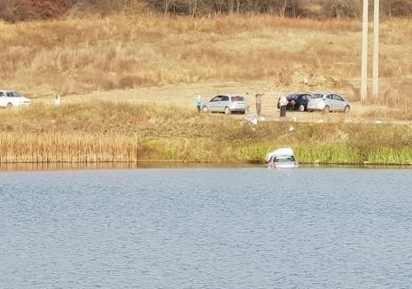 Accident în Paleu. O şoferiţă de 18 ani a plonjat cu maşina în lac! (FOTO)