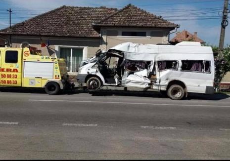 Microbuz lovit de tren lângă Rîpa. Doi tineri din Bihor au ajuns la spital, maşina s-a făcut praf (FOTO)