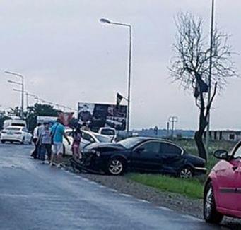 Accident la Sânmartin. Doi copii au fost transportaţi la spital în urma unei coliziuni în care au fost implicate trei maşini (FOTO)
