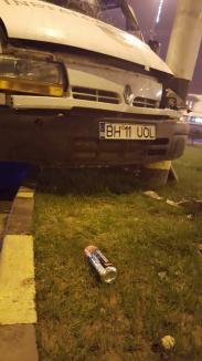 Accident pe Bulevardul Decebal: Beat la volan şi fără permis, un tânăr de 27 de ani a nimerit într-un stâlp din sensul giratoriu (FOTO / VIDEO)
