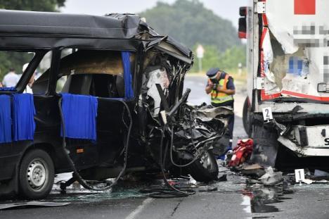 A condus fără pauză, din Londra: Şoferul microbuzului făcut zob în Biharkeresztes, reţinut şi acuzat de omor din culpă