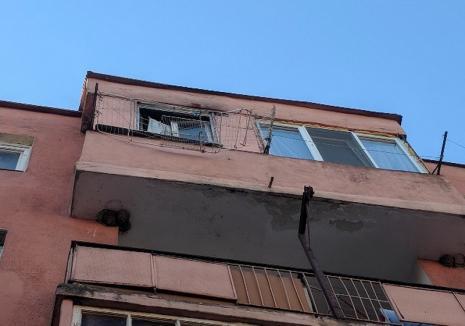 Un bărbat din Aleșd a căzut în gol de la etajul 4 al unui bloc și s-a prăbușit peste o mașină (FOTO)