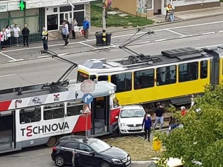 Dimineaţă cu bucluc: O Dacie şi un tramvai s-au 'pupat' în Nufărul(FOTO)