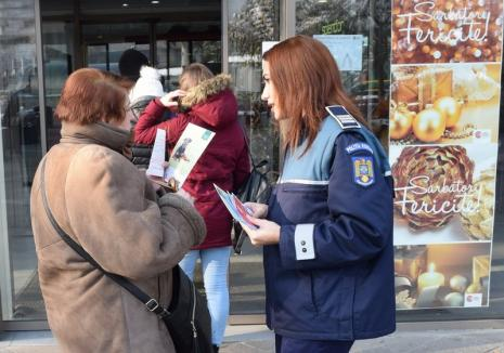 Cum să vă feriţi de hoţi şi escroci: Poliţiştii au ieşit în stradă ca să dea ponturi antifurt (FOTO)
