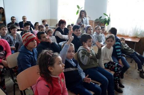 Lecţia lui Săpunel: Rotary construieşte toalete în şcolile de la ţară şi îi învaţă pe elevii bihoreni cum să-şi spele mâinile corect (FOTO)