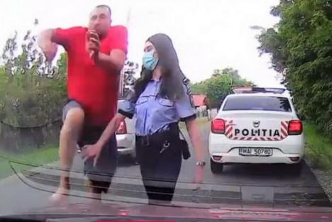 IMAGINI INCREDIBILE: Bărbat din Buzău, bătut sub ochii polițiștilor (VIDEO)