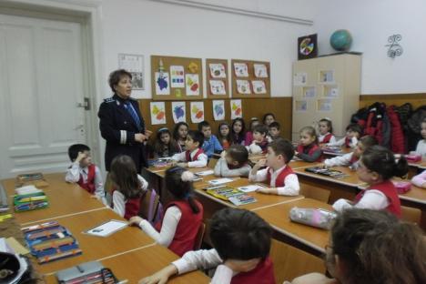 Campanii preventive în şcoli: Peste 1.500 de elevi bihoreni, învăţaţi de poliţişti cum să se ferească de escrocii şi pedofilii de pe internet