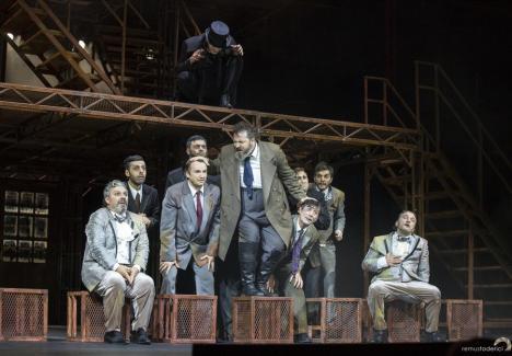 Actorii şi muzicienii ies în centrul Oradiei la un 'manifest artistic'. Îşi cheamă susţinătorii să le fie alături