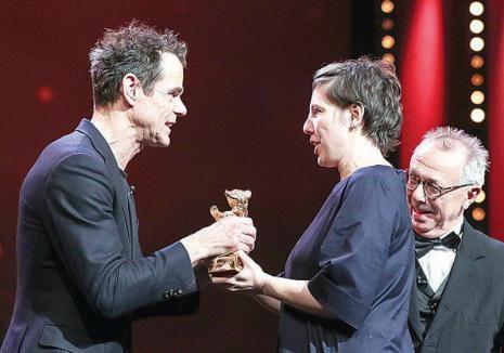 Marele premiu Ursul de Aur, acordat filmului 'Nu mă atinge-mă/ Touch Me Not', regizat de românca Adina Pintilie