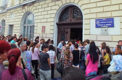 Şase pe-un loc! Concurenţă mare la admiterea la FMF Oradea, mai ales la specializarea Medicină