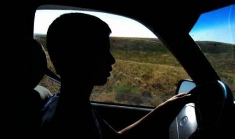 Un adolescent de 14 ani din Bihor a plecat la plimbare cu Fordul părinţilor. L-au coborât de la volan poliţiştii