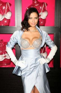 Adriana Lima a pozat într-un sutien de 2 milioane de dolari